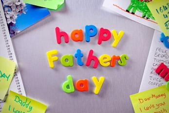 """Buchstaben-Magnete an einem Kühlschrank, welche den Satz """"happy father's day"""" formen."""
