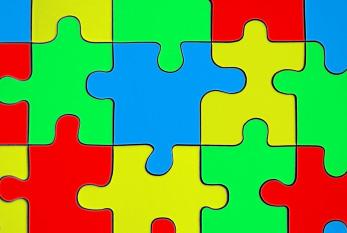Farbige Puzzles dienen häufig als Symbol um auf Autismus aufmerksam zu machen.